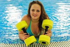 Frau im Aqua aerob Stockbild