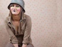 Frau im Armeesturzhelm Lizenzfreie Stockfotos