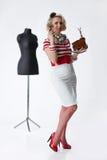 Frau im Atelier des Schneiders Lizenzfreies Stockfoto