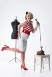 Frau im Atelier des Schneiders Lizenzfreie Stockfotos
