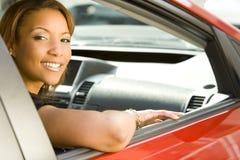 Frau im Auto stockfotografie