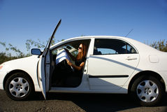 Frau im Auto verlor mit Karte Stockfoto