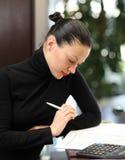 Frau im Büro Stockfotos
