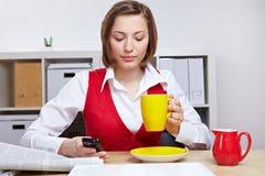 Frau im Büro, das einen Bruch nimmt Stockbild