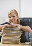 Frau im Büro mit Schreibarbeit Lizenzfreie Stockfotos