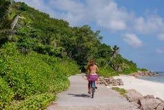 Frau im Badeanzug auf dem Fahrrad Stockfotos