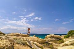 Frau im Badeanzug, der heraus zum Meer schaut Lizenzfreie Stockbilder