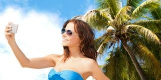 Frau im Badeanzug, der selfie mit smatphone nimmt Lizenzfreie Stockfotos