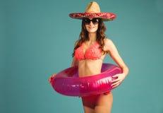 Frau im Badeanzug genießen Strandjahreszeit, Ferien Lizenzfreie Stockfotos