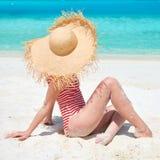 Frau im Badeanzug am Strand stockfotografie