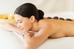 Frau im Badekurort mit heißen Steinen Stockfoto