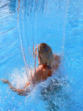 Frau im Badekurort-Wasserfall Stockbild