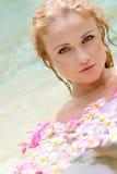 Frau im Badekurortpool Stockbilder