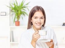 Frau im Bademantel, der sich zu Hause entspannt Lizenzfreie Stockfotos