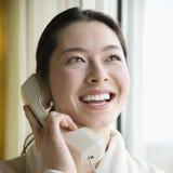 Frau im Bademantel am Telefon. Stockbilder