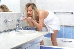 Frau im Badezimmer Stockbild