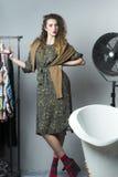 Frau im Badezimmer mit ihr Kleidung Lizenzfreies Stockbild