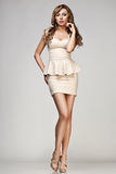 Frau im beige Kleid Stockbild