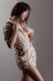 Frau im beige Kleid mit Spitze stockfoto