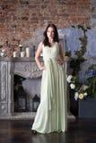 Frau im beige Luxuskleid luxus Mode-Innenraum Lizenzfreies Stockfoto
