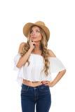 Frau im beige oben schauenden und denkenden Hut Lizenzfreies Stockfoto