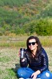 Frau im Berg lizenzfreie stockfotos