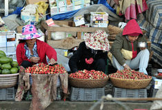 Frau im beschäftigten Markt in Vietnam Stockfotografie