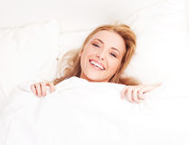 Frau im Bett Lizenzfreie Stockfotografie