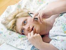 Frau im Bett stockbild
