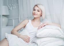 Frau im Bett Stockfotografie