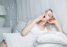 Frau im Bett Stockfoto