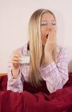 Frau im Bett mit Glas Milch Stockfotos