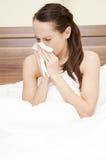 Frau im Bett mit Grippe lizenzfreie stockfotos