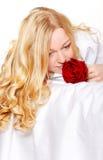 Frau im Bett mit Rose Lizenzfreies Stockfoto