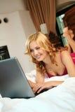 Frau im Bett zu Hause Stockfotografie