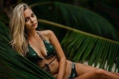 Frau im Bikini lizenzfreie stockfotografie