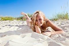 Frau im Bikini auf einem Strand Lizenzfreie Stockfotos