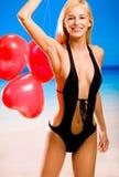Frau im Bikini auf Seestrand Stockbild