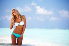 Frau im Bikini auf Strand Stockfoto