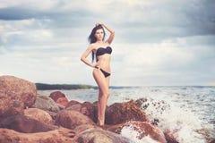 Frau im Bikini auf Strand Sun-Dunst dunstig stockfoto