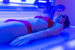 Frau im Bikini bräunend im Wellnessbadekurort Stockfoto
