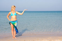 Frau im Bikini, der die Seeferien darstellt Stockfotos