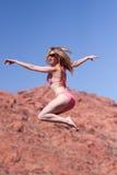 Frau im Bikini, der draußen springt Lizenzfreie Stockfotos