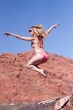 Frau im Bikini, der draußen springt Stockfotografie