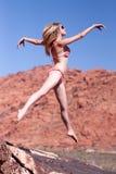 Frau im Bikini, der draußen springt Stockbilder