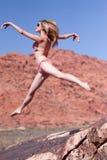 Frau im Bikini, der draußen springt Lizenzfreie Stockbilder