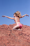 Frau im Bikini, der draußen springt Lizenzfreies Stockfoto