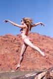 Frau im Bikini, der draußen springt Stockfotos