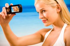 Frau im Bikini, der Foto nimmt Lizenzfreies Stockbild