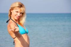 Frau im Bikini, der zum Meer einlädt Stockfotografie